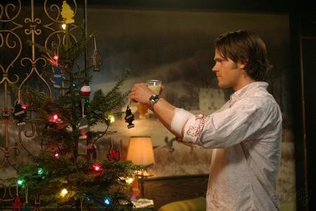 Sam decorating a クリスマス 木, ツリー