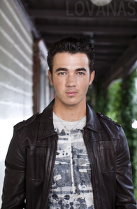 I amor Nick but i don't think Kevin is that bad looking. he's actually attractive.