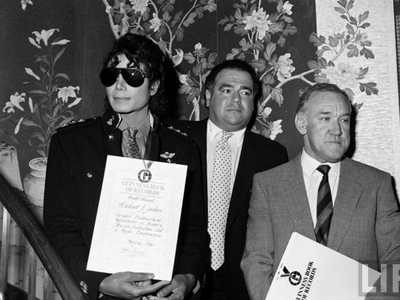 Michael and then-manager, Frank DiLeo, in 1986 at celebration held in his honor প্রদত্ত the Guiness Bo