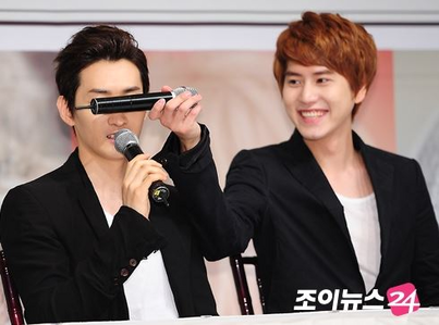 Not holding a microphone in the way it is supposed to be held...but evil Kyu strikes again! x)