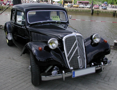 Dinky would drive a 1954 Citroen Traction Avant. What would Derpy have?