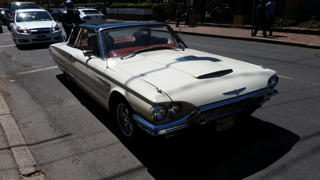 Moon Dancer has a 1965 Ford Thunderbird. What does uri ng bulaklak have?