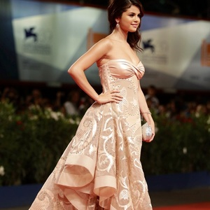 Selena Icon-Selena on red carpet Winner-Piyal=25 complimenten for being the winner in enquête as well as my