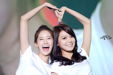 Sooyoung and YoonA =D I command a snsd couple in a black and white वॉलपेपर