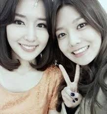 with her big sis :) i command a pic of any member of snsd with any hollywood stars XD