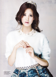 SNSD Seohyun wearing a crown I command a चित्र of Tiffany with a dog