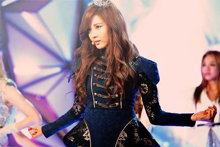 <i> Seohyun Dancing! :> I command a picture of Taeyeon गाना :> </i>