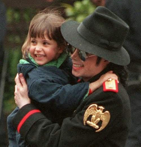 I've always loved those pics of Michael and that little girl in Paris (1997). They both look so adora