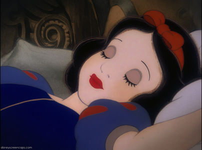I think Snow White is GORGEOUS and is one of the चोटी, शीर्ष 5 most beautiful डिज़्नी Princesses. She looks li