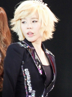 Finding a picture of sunny with a crown または 花 crown is like finding a needle in a haystack.. :P