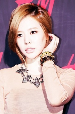 <i>1. Taeyeon 2. Hyoyeon 3. Jessica 4. Seohyun <b>5. Sunny</b> 6. Yuri 7. Yoona 8. Sooyoung