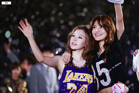 how about this..unfortunately sooyoung's hand can't be look..but i'm sure she is waving to the प्रशंसक I