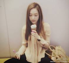 here I command a pic of Jessica eating cupcake.
