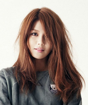 here I Command a picture of Sooyoung wearing sneakers