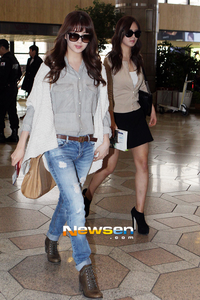 seohyun wearing jeans I Command a picture of yoonseo wearing blue outfit