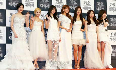 Here is the picture for the link^^ Sorry, the pic is quite blurry Again- Pick 2 members wearing th