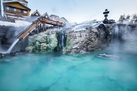 Beautiful Japanese Hot springs. I'd प्यार to be there right now, it looks so relaxing.