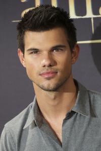 দিন 5 : an actor who looks like someone আপনি know My friend's 20 বছর old son looks somewhat like T