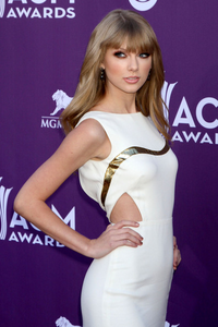 siku 4 My inayopendelewa Taylor red carpet outfit is this. She is perfect.
