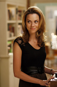 siku 3 - A character who reminds wewe of someone wewe know Peyton Sawyer from One mti Hill, in a lot