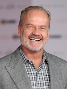 [b]25. 가장 좋아하는 main cast member[/b] Kelsey Grammer I guess. I'm not sure he's like a super great gu