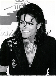 Post pictures of your Favorit pictures of Michael Jackson smiling!