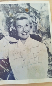 This is an unusual looking autograph for Doris Day, but I have seen the same signature with the D's L(デスノート)