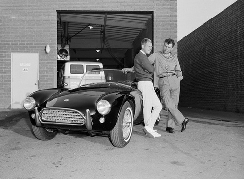 Carroll Shelby and Steve McQueen seguinte to Steve's Ford cobra in 1963.