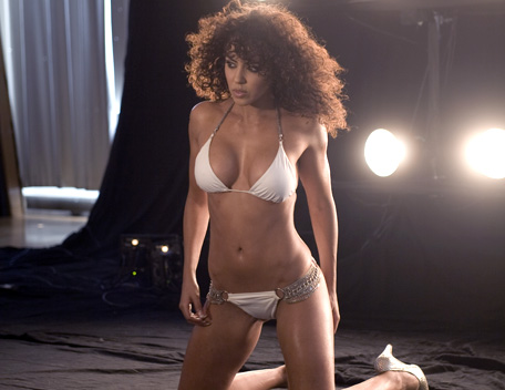WWE-蕾拉 壁纸 probably with a bikini called Layla Photoshoot Flashback