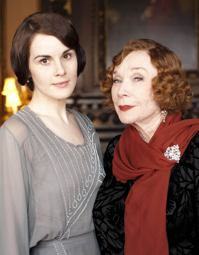 Downton Abbey 壁纸 possibly with an outerwear, an overgarment, and a 兜帽, 罩, 发动机罩 titled Season 3