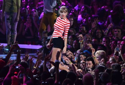 Taylor performing WANEGBT at VMAs