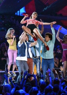 Taylor performing WANERBT at VMAs