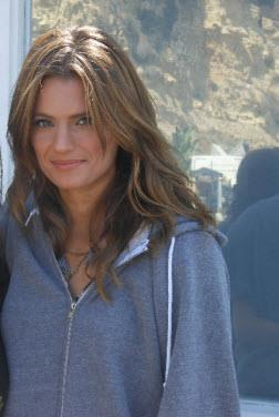 قلعہ پیپر وال possibly containing a portrait titled 5.05 Behind the Scenes {Stana Katic}
