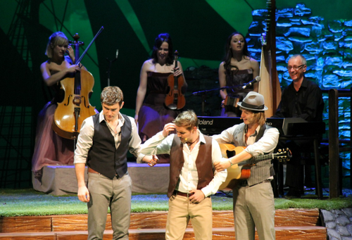 Keith Harkin Hintergrund probably with a konzert called Celtic Thunder