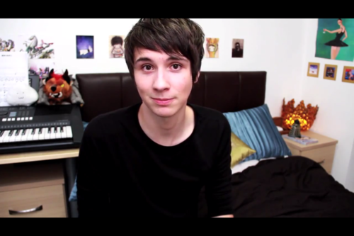 danisnotonfire achtergrond with a bureau called Daniel