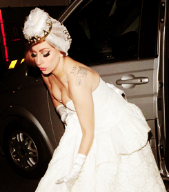 Gaga wearing a wedding dress in Londres