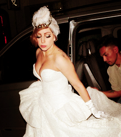 Gaga wearing a wedding dress in लंडन