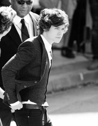 harry styles fondo de pantalla with a business suit called Idk man, he's hot *_*