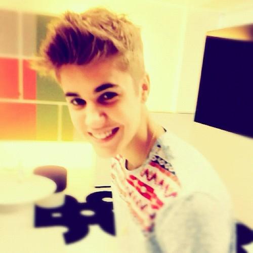 Justin Bieber karatasi la kupamba ukuta entitled Justin Bieber Instagram