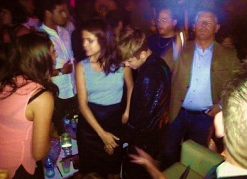 Justin Bieber und Selena Gomez Hintergrund probably with a konzert titled Justin and Selena at a club