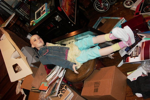 Michael Jackson wolpeyper with a packing box entitled Michael Jackson Bedroom