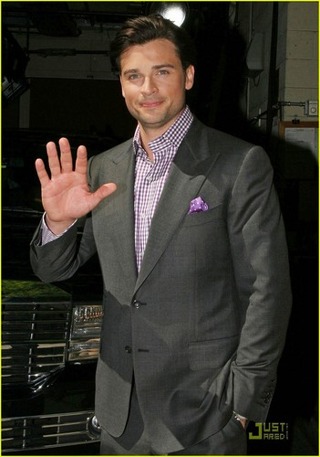 Tom Welling Hintergrund containing a business suit, a suit, and a three piece suit called TOM WELLING