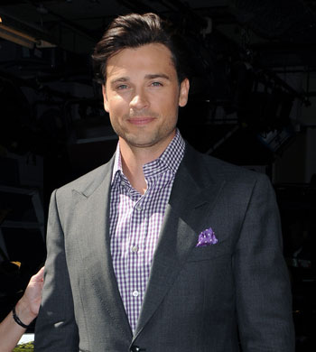 Tom Welling Hintergrund containing a business suit, a suit, and a three piece suit entitled TOM WELLING