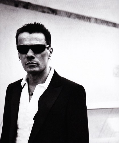 U2 壁紙 containing a business suit, a well dressed person, and a suit called U2 (GQ Magazine)