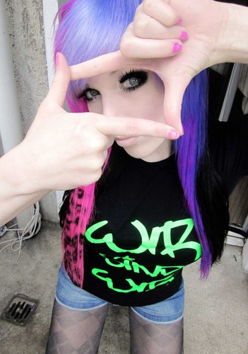情绪硬核 girl, ira vampira, scene queen, colorful hair, purple blue 粉, 粉色 green red black hair, coontails,