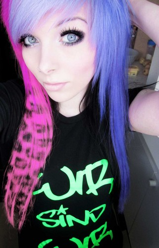 emo girl, ira vampira, scene queen, colorful hair, purple blue kulay-rosas green red black hair, coontails,