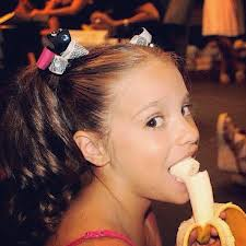 kenzie eating a pisang