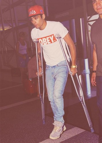 zayn on crutches 8.9.12