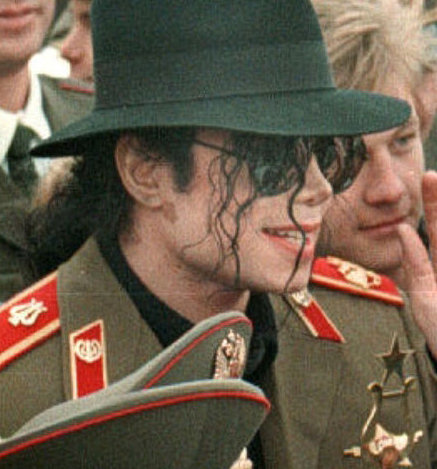 Michael Jackson achtergrond with uniform, regimentals, a green beret, veldtenue, and slag bij jurk called || The Vitiligo Proof ||