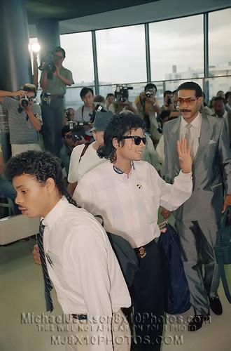 마이클 잭슨 바탕화면 probably containing a 식당 and a 브라 세리 titled Майкл